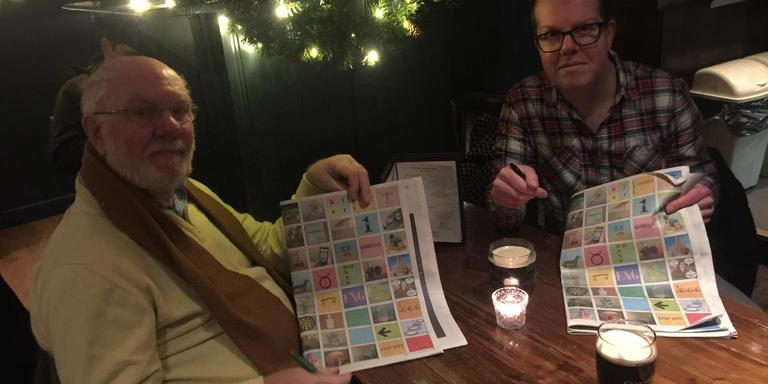 Koos en Johan Trouw buigen zich in een Schotse Pub in Edinburgh over de kerstpuzzel, onder het genot van een flink glas Guinness. Eigen foto.