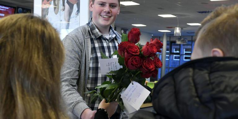 Op de Regionale scholengemeenschap Ter Apel brengen leerlingen op Valentijnsdag rozen rond. Foto: Boudewijn Benting