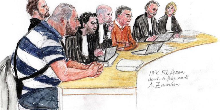 De 30-jarige en 58-jarige verdachten tussen advocaten in de DigiD-fraudezaak. Illustratie: Annet Zuurveen