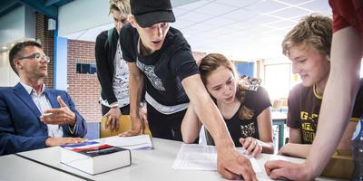 Volop discussie over het vwo-eindexamen Nederlands. Links docent Alfred Poort, dan Jesper Ludema (met pet), Jasmijn de Jong en Fokko Perton. FOTO KEES VAN DE VEEN