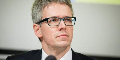Theodor Kockelkoren, inspecteur-generaal van het Staatstoezicht op de Mijnen (SodM), verklaart vanavond in Hoogezand het hoe en waarom van het HRA-model. foto archief dvhn