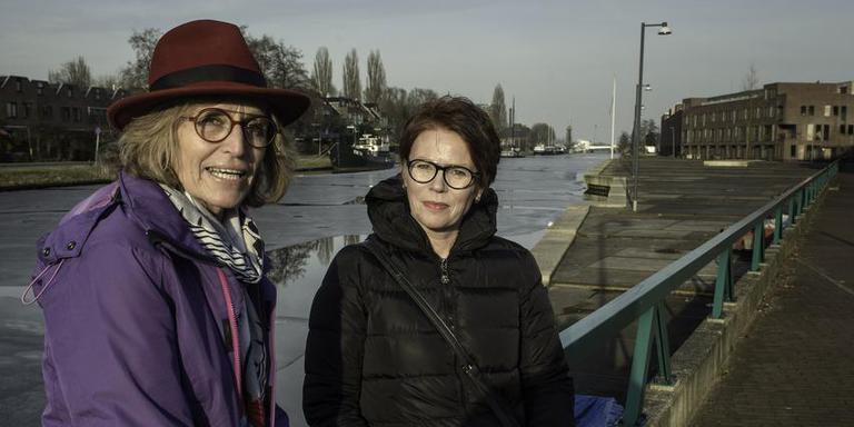 Anjo van Apeldoorn (links) en Sylvia Hovingh bij het Eemskanaal in Groningen, waar de gemeente acht ligplaatsen voor woonschepen wil realiseren. Foto Duncan Wijting