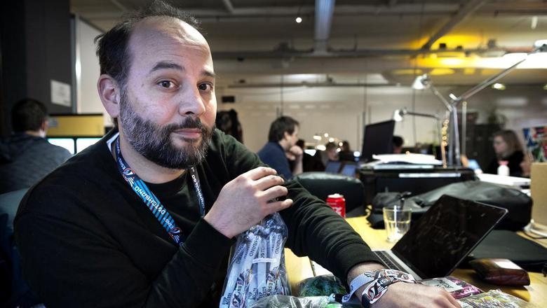 Programmeur Joey Ruchtie op het ESNS-kantoor met zakken gevuld met verschillende polsbandjes. Foto: Peter Wassing