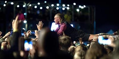 Frontman van De Likt Jordy Dijkshoorn wordt op handen gedragen door het publiek van Kadepop. Foto Peter Wassing