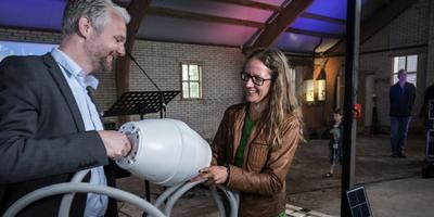 Wethouder Bé Schollema (PvdA/GroenLinks) van Loppersum en gedeputeerde Nienke Homan (GroenLinks). Foto: Jan Zeeman