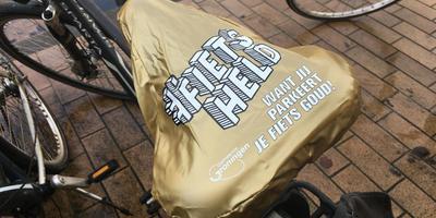 Het gouden zadelhoesje dat fietsers in Groningen op hun tweewieler kunnen aantreffen. Eigen foto.