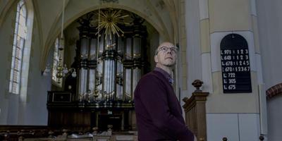 Jur Bekooy van de stichting Oude Groninger Kerken ziet de bevingsschade in de Sint-Hippolytuskerk met lede ogen aan. Foto's Jan Zeeman