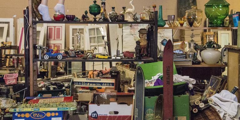 In Loods G is van alles te vinden: van oud speelgoed tot meubelen. Foto Archief DvhN/Liselotte Schuren