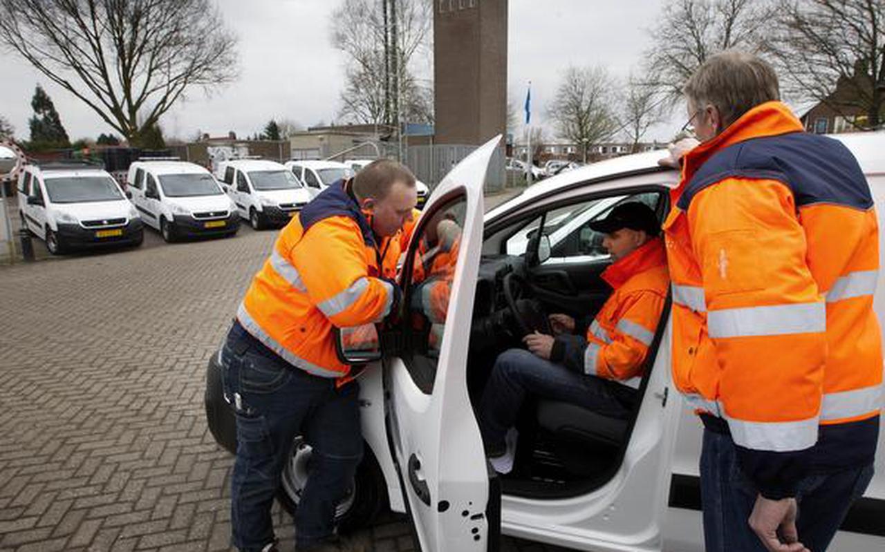 De nieuwe auto's staan in slagorde opgesteld op het terrein van de buitendienst. Henderik Siepel, Johan Prijt en Bert van Eerden (vlnr) doen een eerste inspectie. FOTO HARRY TIELMAN