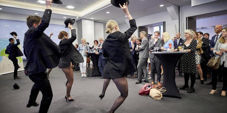 De delegatie had onder meer dansers van dansopleiding Lucia Marthas meegenomen. FOTO PHIL NIJHUIS