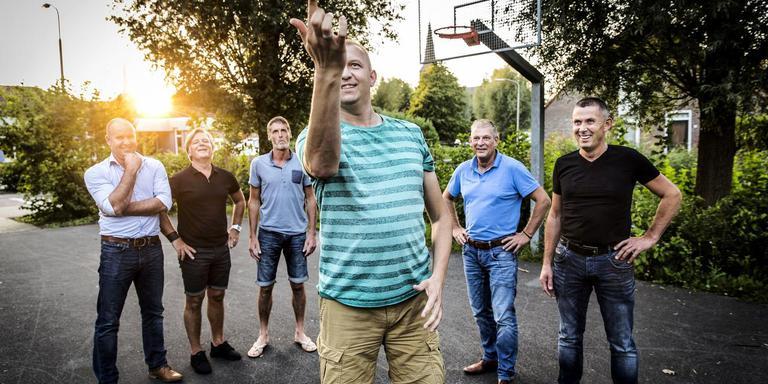 Van links naar recht: Chris Slager, Nico Groenendaal, Jan de Roo, Henk Walraven (met bal), Jan Kuiper en Robert Reisiger.