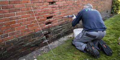 Herstel van aardbevingsschade in Hellum. Foto Archief DVHN/Kees van de Veen
