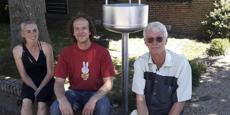 De kunstcommissie van Plaatselijk Belang Noordwolde is verantwoordelijk voor de invulling van het kleinste museum van Noord-Nederland. Van links naar rechts: Lenny Bulthuis, Diederik Storms en Henk Reijsoo. Foto: DvhN