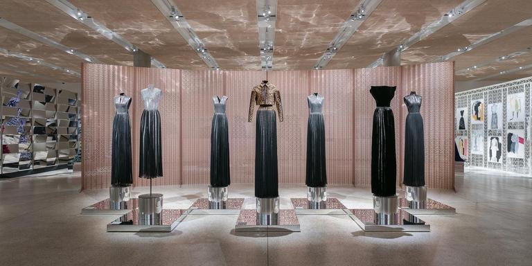 Ontwerpen van Azzedine Alaïa in het Design Museum in Londen.
