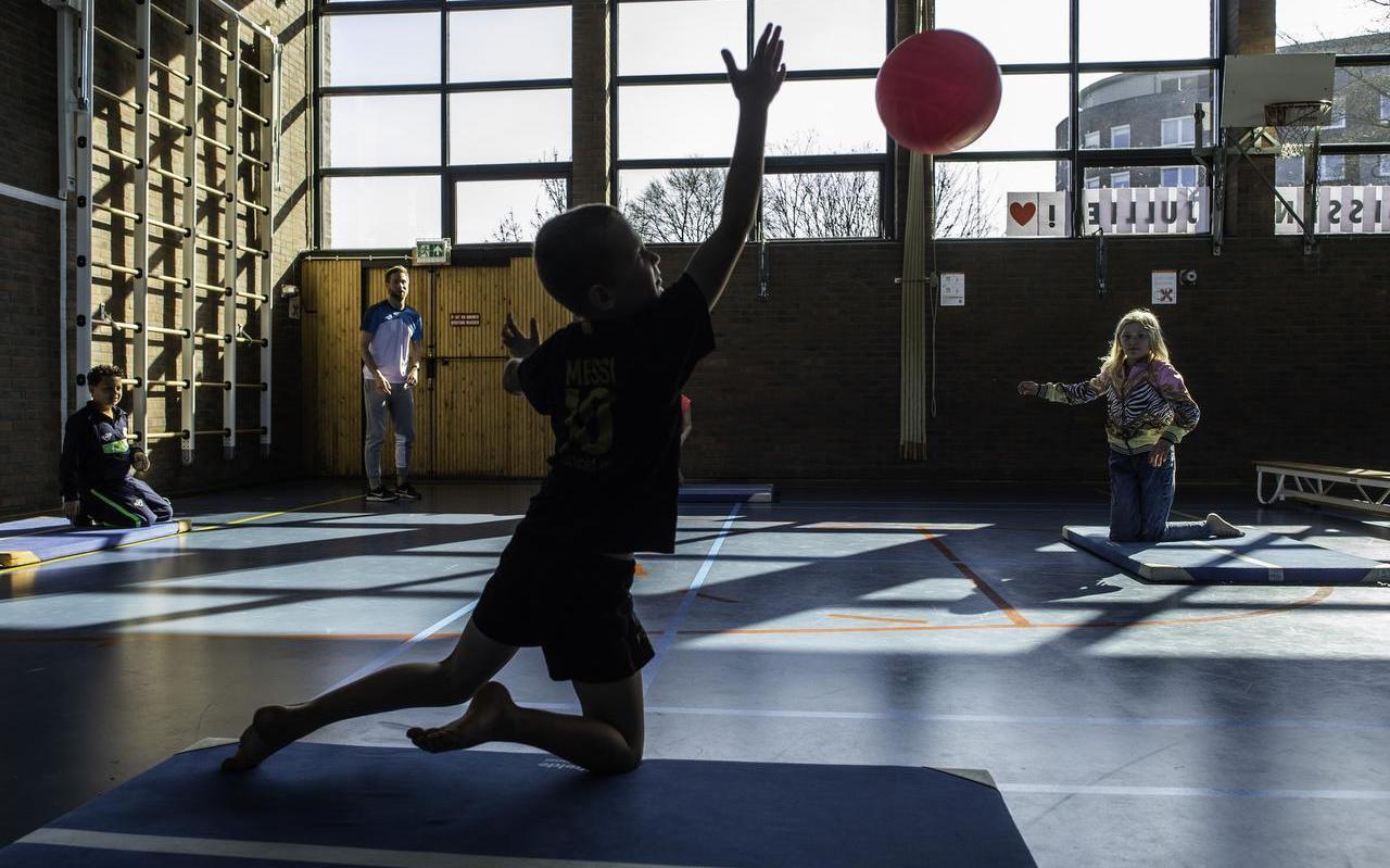 Verrassing: de kinderen in de noodopvang krijgen gymles van gymleraar Michiel Smit.