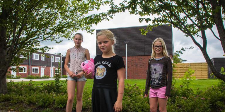 Madelief, Karlijn en Nina Huinink (vlnr) zien louter voordelen van de wisselwoningen. Foto DvhN/Carlien Bootsma