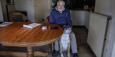 Willem Kuiper met hond Billie in zijn keuken in Luddeweer.