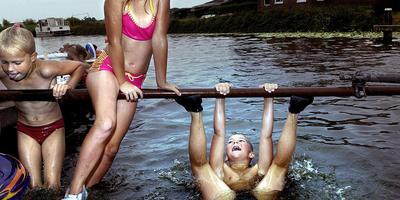 Zwemmen in het Damsterdiep bij Garmerwolde.
