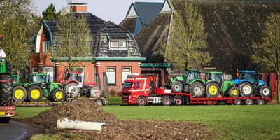 Landbouwers zetten hun trekkers op een dieplader voor de reis naar Den Haag waar een debat over de aardbevingen in Groningen werd gehouden. Foto Huisman Media