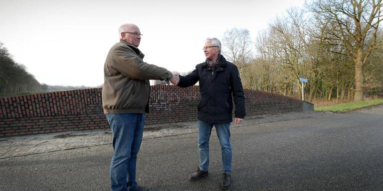 De kersverse gemeentegenoten Wubbe Kuper ( links ) en Geert Dekker op de Krabbenbrug, de voormalige gemeentegrens.