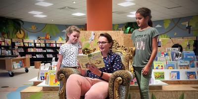 Jolanda Robben leest Lotte Lamain (8, links) en Delilah Elzinga (10) voor.