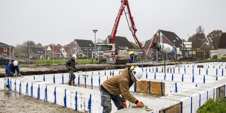 Aan de Jan van Galenlaan in Winschoten is begonnen met de bouw van nieuwe, energiezuinige woningen. Foto: Huisman Media