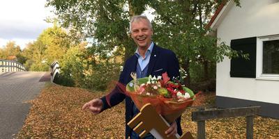 Hans Jager bij zijn gewonnen vakantiehuis op Natuurdorp Suyderoogh in Lauwersoog. Foto DvhN