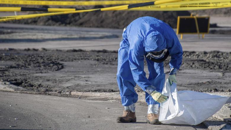 Tegenstanders van windmolens verspreidden onlangs asbest in het centrum van Delfzijl. Foto: Archief Pro News
