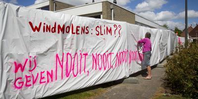 Actie tegen windmolens, bij et dorpshuis van Meeden. Foto: archief DvhN