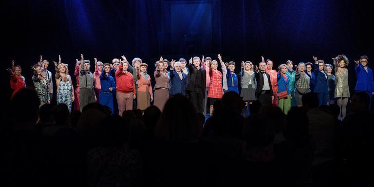 De cast van 'Jacques J. de Musical' bedankt het publiek na de laatste voorstelling. Foto: Corné Sparidaens