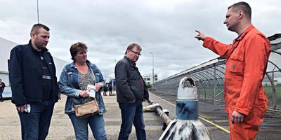 NAM-medewerker Karel Ellens geeft tijdens de open dag aan bezoekers uitleg over een boorkop. Foto DvhN