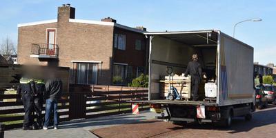 De materialen van de kwekerij in Winschoten worden afgevoerd. Foto: De Vries Media