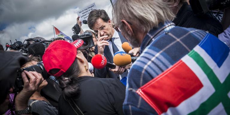 Premier Mark Rutte spreekt in juni 2017 met aardbevingsslachtoffers in Appingedam. Foto Archief Kees van de Veen