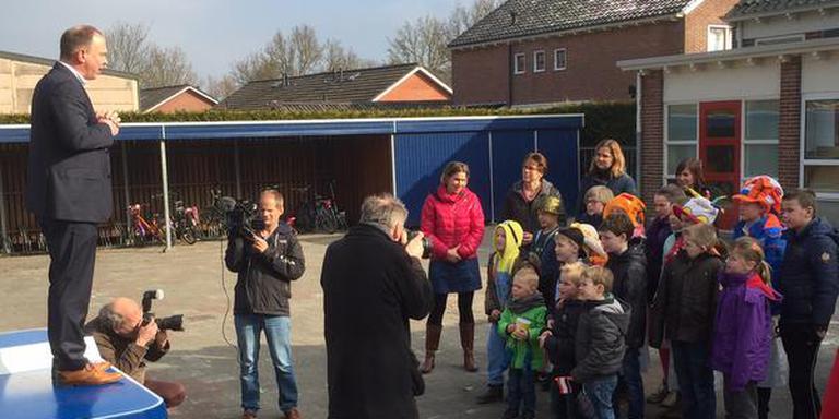 Directeur Simon van der Wal spreekt de schooljeugd toe in Onderdendam. FOTO DVHN