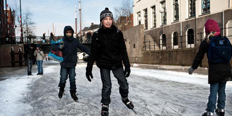Op 11 februari 2012 werd er geschaatst op de diepenring in Groningen. Zo mooi zal het deze keer waarschijnlijk niet worden. Foto: archief DvhN/Jan Zeeman