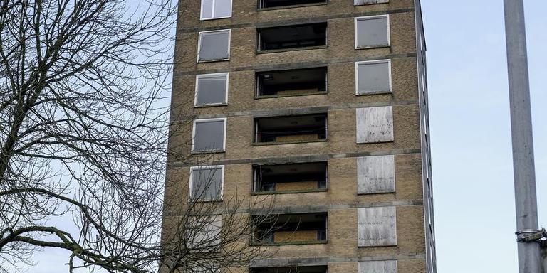 Twintig jaar leegstand en vandalisme hebben de Solwerd-zusterflat in Appingedam veranderd in een spookhuis. Foto Archief Jan Zeeman