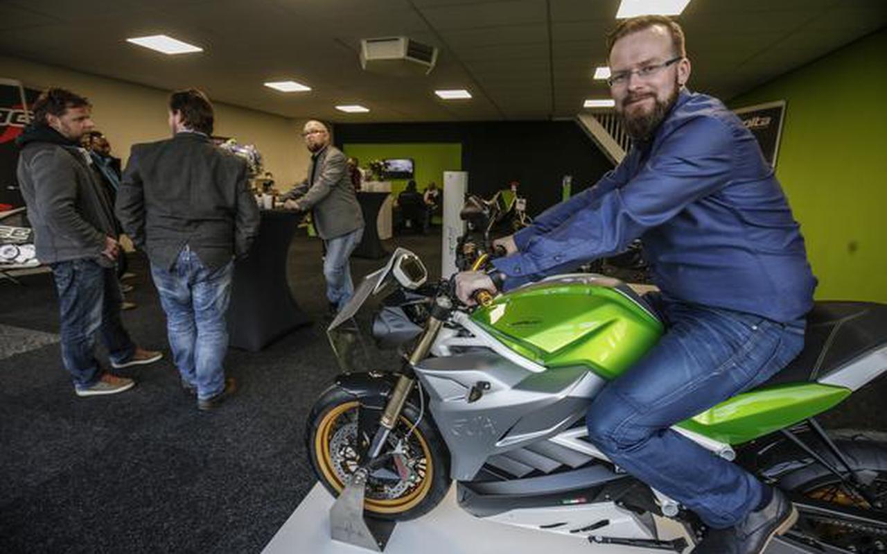 Marchel Bulthuis op een van de geïmporteerde elektrische motorfietsen in zijn showroom. FOTO JAN WILLEM VAN VLIET