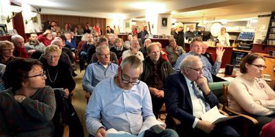 Grote opkomst op de versterkingsavond in Podiumcafé Peter en Leni in Steendam. foto Harry Tielman