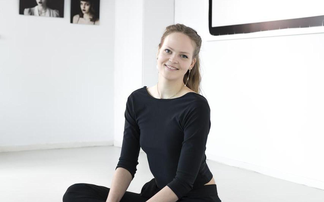 Lisa Jasperina Bommerson bij enkele van haar foto's.