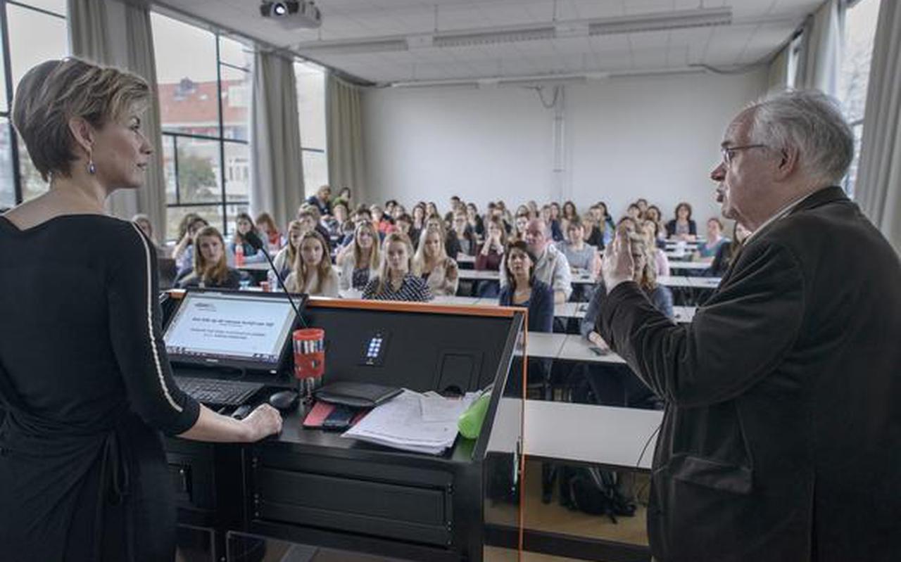 Andrea Werkman en Daan Kromhout geven voor een volle klas hun mening over de Schijf van Vijf. FOTO JAN ZEEMAN