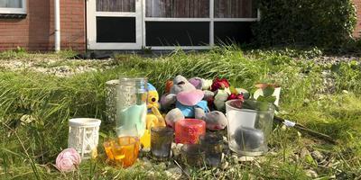 Bij de woning aan het Jufferpad in Haren, waar een 23-jarige moeder en haar 6-jarige dochter zijn omgebracht, liggen bloemen, knuffels en kaarsjes.