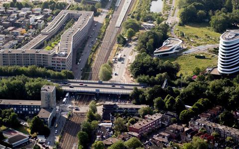 De zuidelijke ringweg van Groningen doorkruist de bij de spoorwegovergang Esperantostraat. Rechts het Duogebouw bij het Sterrebos, linksboven De Linie. Foto Archief DvhN