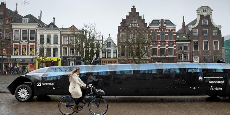 De superbus van Wubbo Ockels stond ter promotie in november 2011 op de Grote Markt en maakt een proefrondje langs de Vismarkt in Groningen.