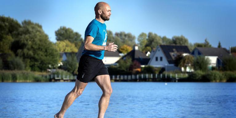 Elzo Hultink doet al vijf jaar aan barefoot running: hardlopen op blote voeten of met minimalistische schoenen. Soms doet hij dat op het strand, maar hij rent ook blootvoets door het bos of over asfalt.