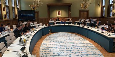Tijdens de bijeenkomst op het provinciehuis in Groningen werd een video getoond waarmee Groningers hun grieven willen uiten over de afhandeling van schade door aardbevingen. Foto: DvhN