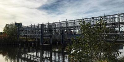 Studenten en bezoekers van het Suikerunieterrein horen via deze brug bij de Energieweg het terrein te betreden. Foto: Patriecia Kolthof