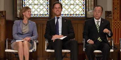 Voormalig secretaris Ban Ki-Moon (rechts) met premier Rutte en minister van Nieuwenhuizen, dinsdag bij de presentatie van de Global Commission on Adaptation (GCA) in Den Haag. Woensdag opent Ban Ki-Moon in Groningen het Global Centre on Adaptation. Foto ANP Olaf Kraak
