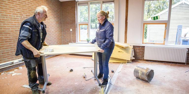 Hendrik Klasens en zijn dochter Tina van der Heide-Klasens kochten de leegstaande school om er appartementen in te maken. FOTO HUISMAN MEDIA