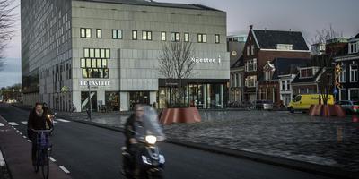 Elk Frans dorp heeft een gezellig plein, maar met het Damsterplein lukt dat niet zo. Grandcafé De Bastille staat te koop. Foto Duncan Wijting