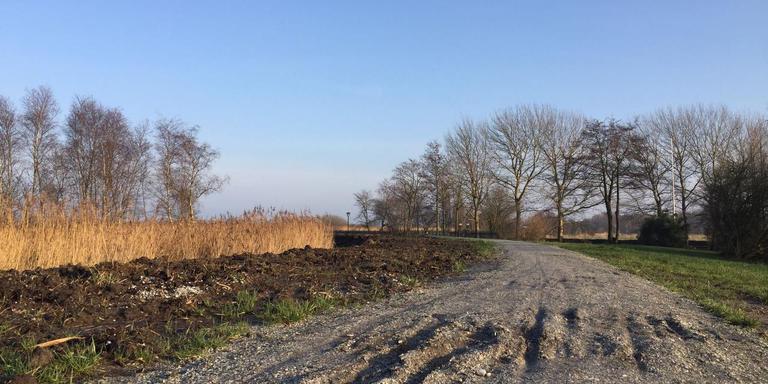 Het doorweekte fietspad langs het Schildmeer is kapotgereden. Foto DvhN